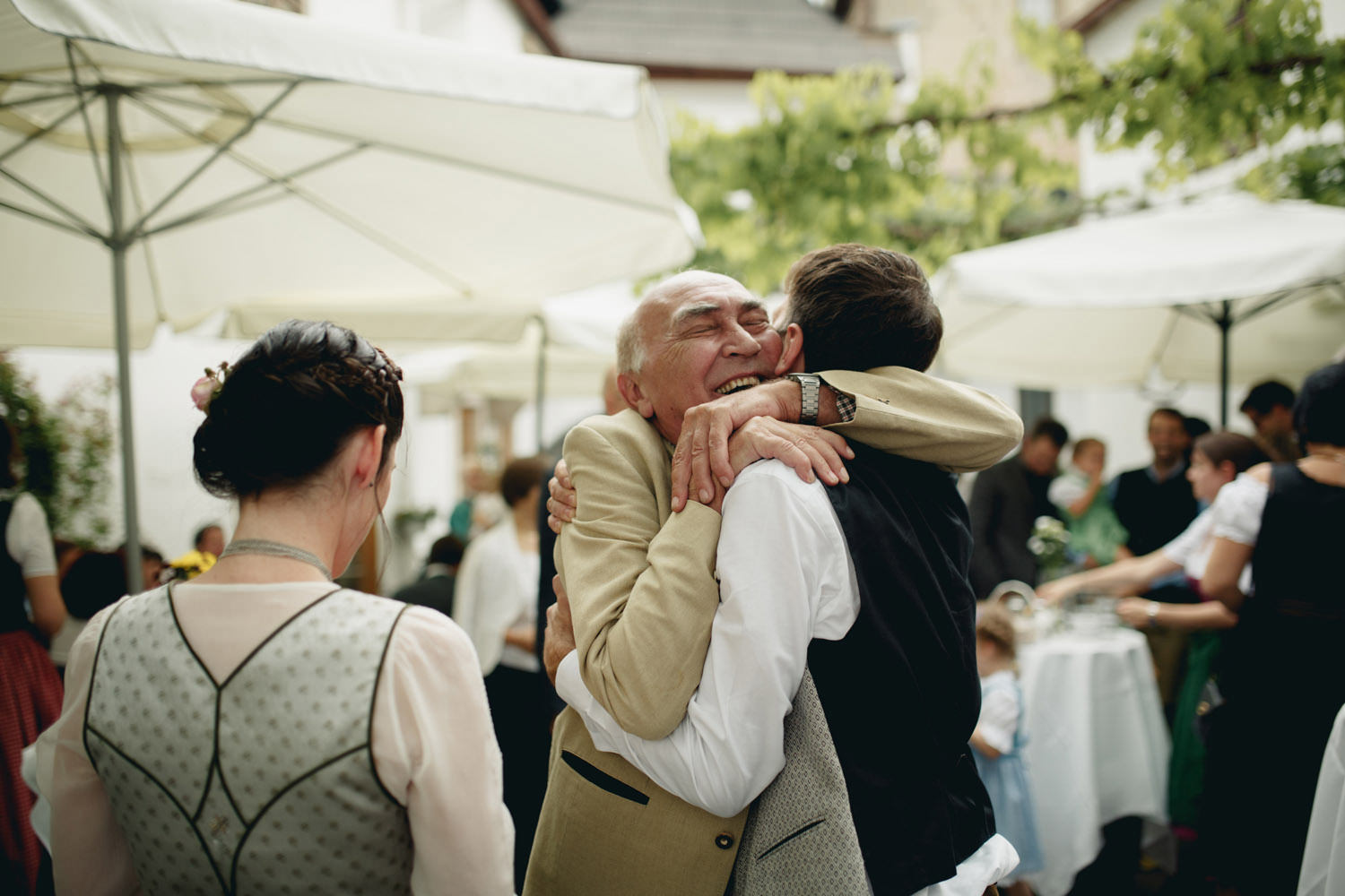 greeting the groom after perchtoldsdorf wedding