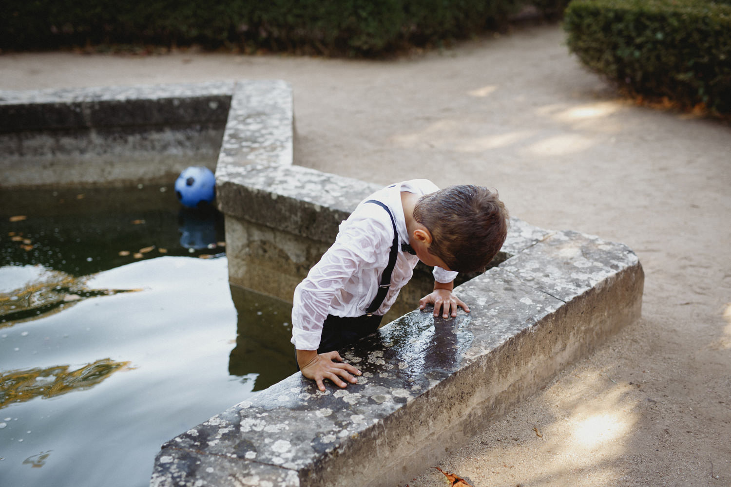 couples son fell into the fountain at palaci marques fronteira wedding